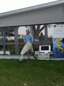 Antoine Bruge (surfrider Foundation Europe) erklärt das Messverfahren